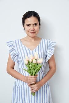 Красивая женщина, держащая букет тюльпанов
