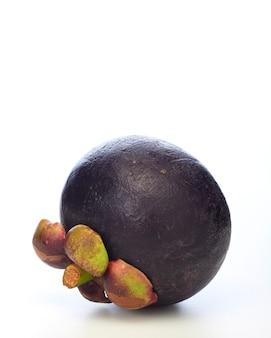 白い背景の上のアジアの熱帯マンゴスチン果実