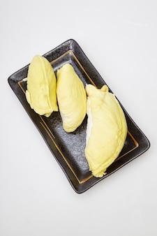 黒いプレートにドリアンの熟した黄色い肉