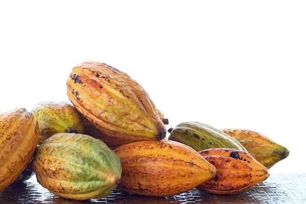 Свежие стручки какао на столе