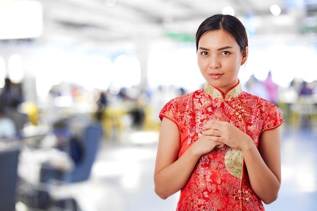美しいアジアの女性の幸せな中国の旧正月