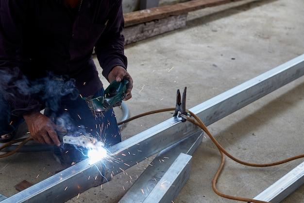Сварщики сваривают сталь на заводе