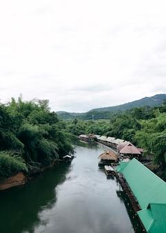 Многие деревянные дома плывут по реке