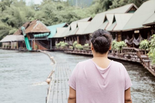 Вид сзади женщина путешественник на озере