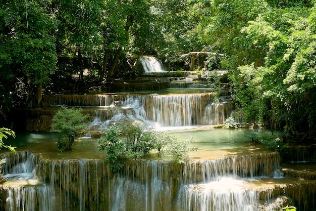 タイで熱帯林の滝を旅行します。