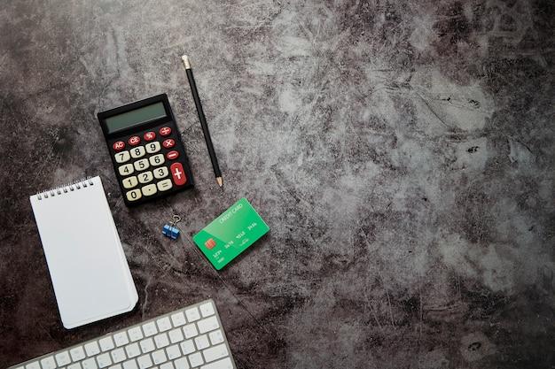 白紙のメモ帳と電卓とオフィスデスクテーブル