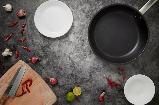 キッチン空の皿と鍋