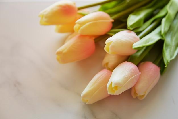 偽の白いチューリップの美しい花束