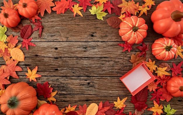 木製のギフトボックスと紅葉