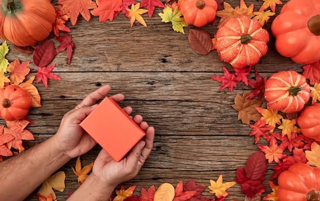 ギフト用の箱と紅葉