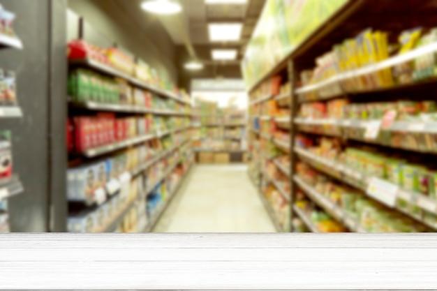 空の白い木製テーブルスーパーマーケットぼやけて