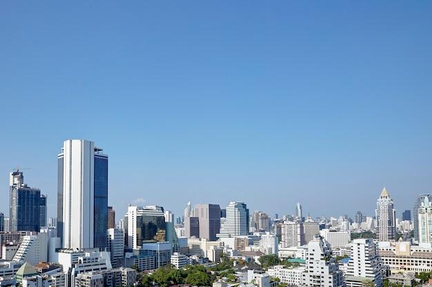 Современные здания городских небоскребов