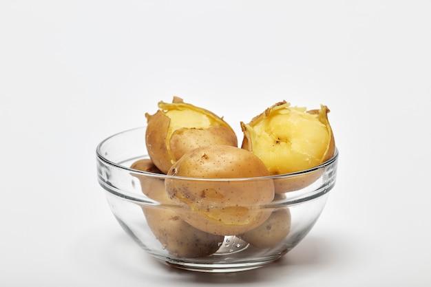 ガラスのボウルにゆでたジャガイモ