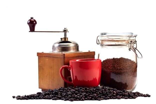 コーヒーグラインダーと空のカップ、コーヒー豆