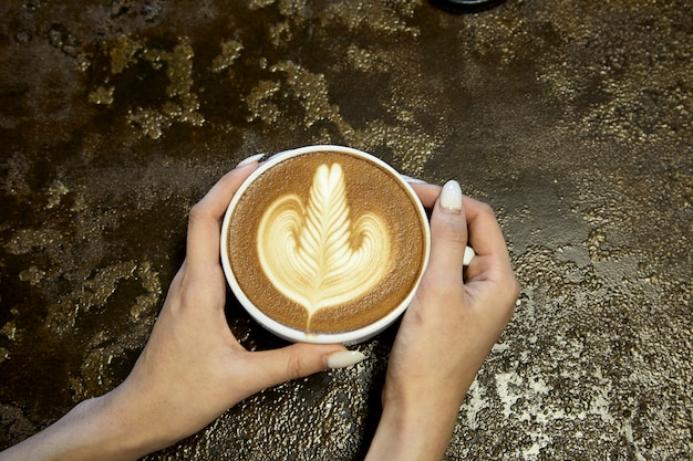 Крупным планом женщина, держащая кофе