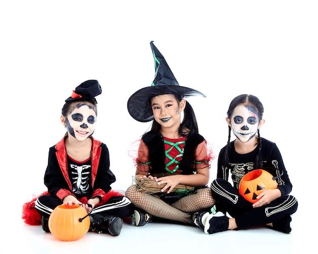 アジアのグループの子供たちとハロウィーンパーティー