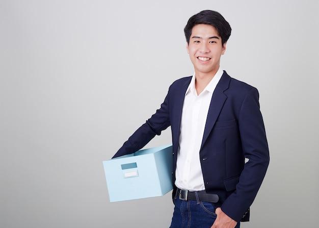 Деловой человек и держит картонную коробку