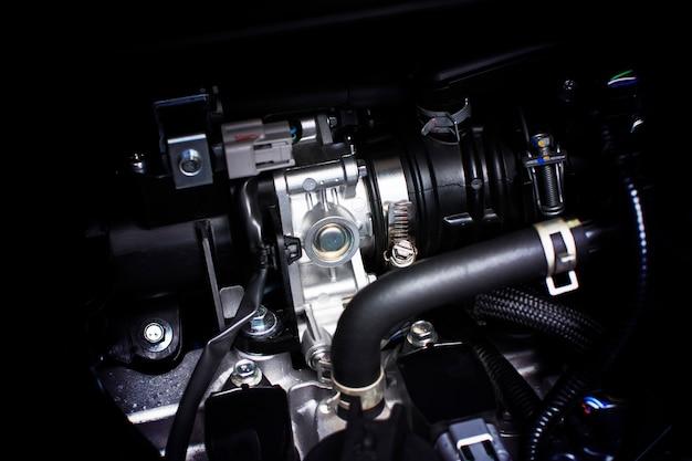 Корпус дроссельной заслонки установлен в бензиновой части двигателя системы автомобиля.