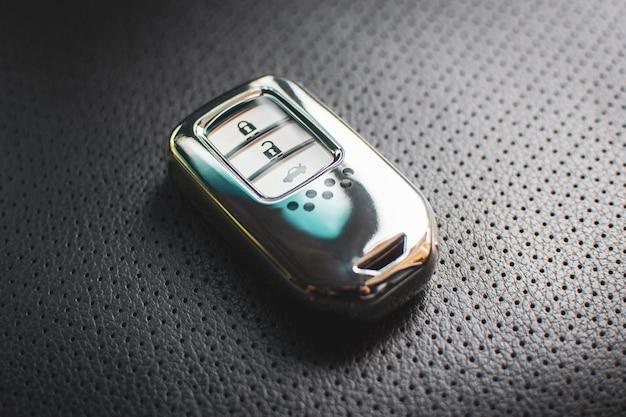 Автозапуск роскошного автомобиля на кожаном сиденье в автомобиле.
