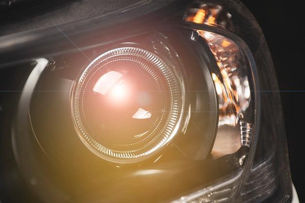 Закройте детали детали проектора фары в автомобиле.