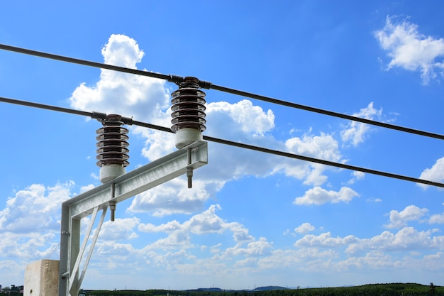 電力変電所における電気絶縁を伴う高電圧変圧器回路遮断器。