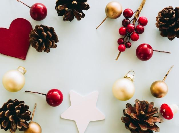 偽物のクリスマス装飾セットトップビューから木製のテーブルの場所