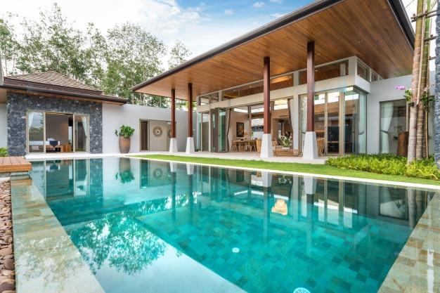 スイミングプール、家、家を持つプールビラの内装と外装デザイン