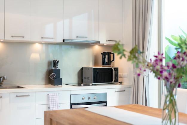 アイランドカウンターを備え、家または家の家具を内蔵したキッチンエリアの豪華なインテリアデザインのプールヴィラ