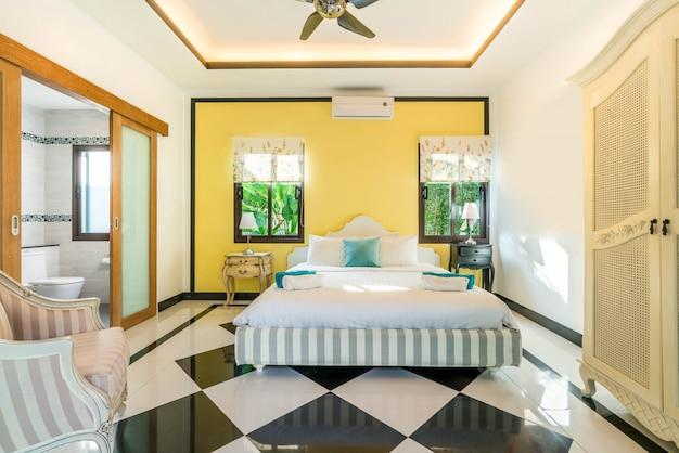 居心地の良いキングサイズベッド付きプールヴィラの寝室の高級インテリアデザイン