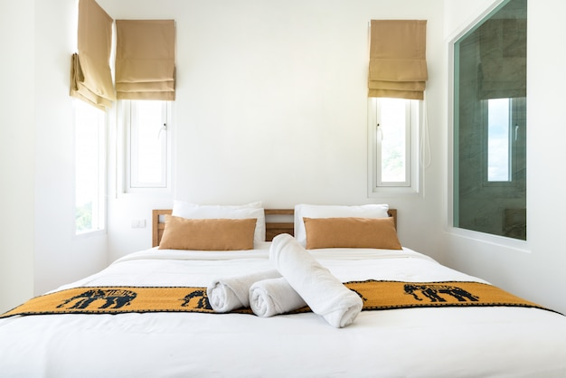 居心地の良いキングサイズベッドを備えたプールヴィラの寝室の不動産高級インテリアデザイン