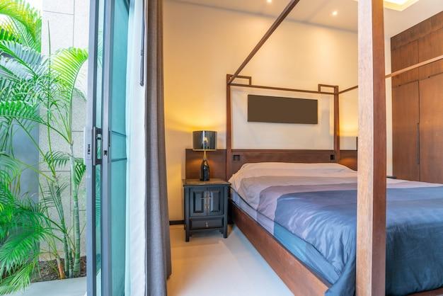 Роскошный дизайн интерьера в спальне у виллы с бассейном