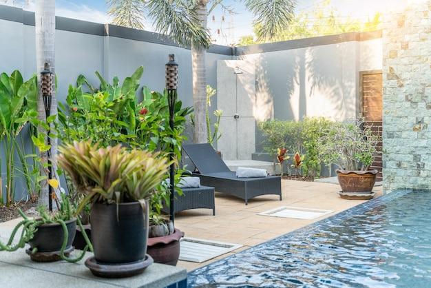 家や住宅建築の緑の植物と太陽のベッド