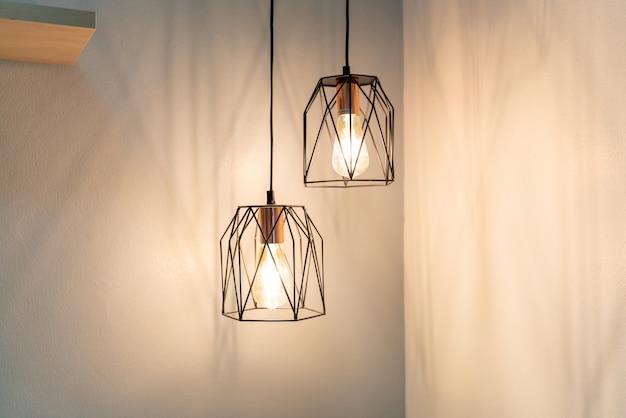 家の壁のインテリアデザインのランプをぶら下げ