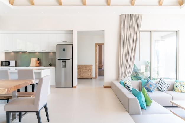 プールヴィラのリビングルームの豪華なインテリアデザイン。