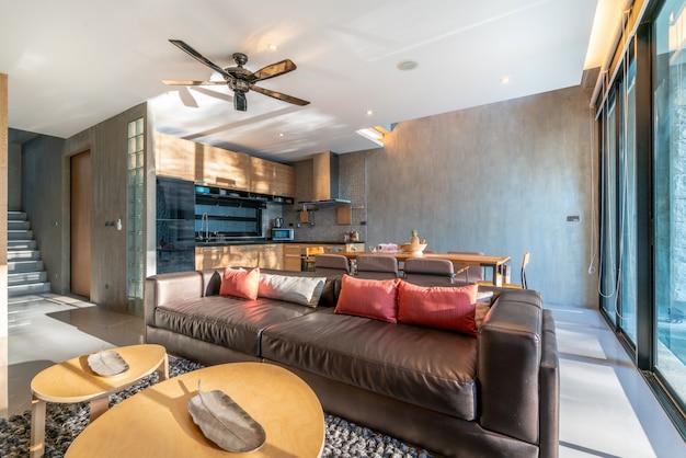 アイランドカウンターを備え、居間の家具に組み込まれたキッチンエリアの豪華なインテリアデザイン