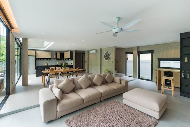 Роскошный дизайн интерьера в стиле лофт в гостиной виллы с бассейном