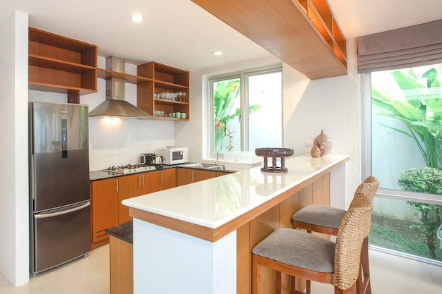 Дизайн интерьера в кухонной зоне с островной стойкой и встроенной мебелью