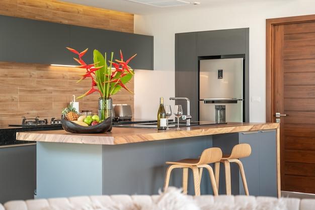 アイランドカウンターを備えた家具付きのキッチンエリア