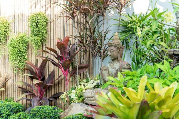 スイミングプールの庭で仏像