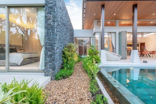 Дом или дом внешний дизайн с изображением виллы с тропическим бассейном, зеленью и спальней