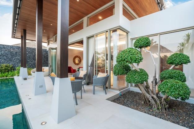 緑豊かな庭園とトロピカルプールヴィラを示す外観とインテリアデザイン