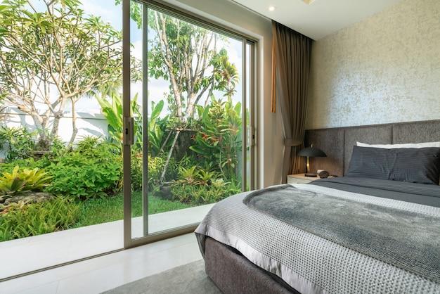 Дизайн интерьера спальни виллы с бассейном с уютной двуспальной кроватью