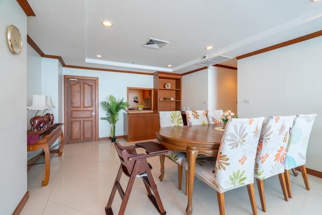 Дизайн интерьера в гостиной с деревянным обеденным столом