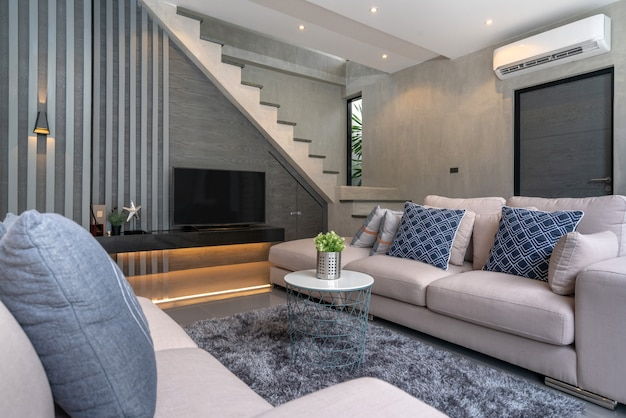 Дизайн интерьера дома в гостиной в мансарде