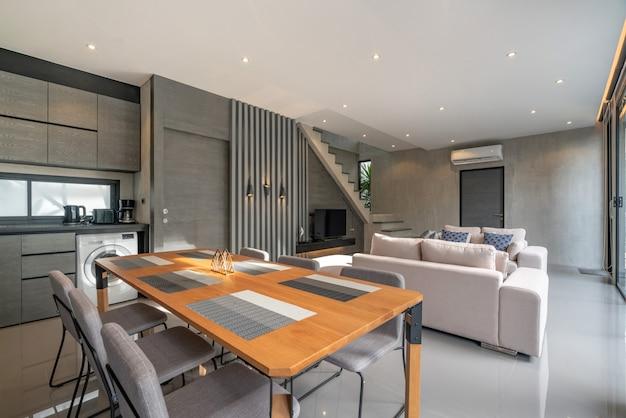 ロフトの家のリビングルームのインテリアの家の設計