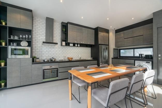 ロフトの家の中のオープンキッチン付きのリビングルームのインテリアホームデザイン