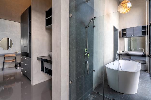 ロフトの豪華なバスルームには、花付きの浴槽があります。