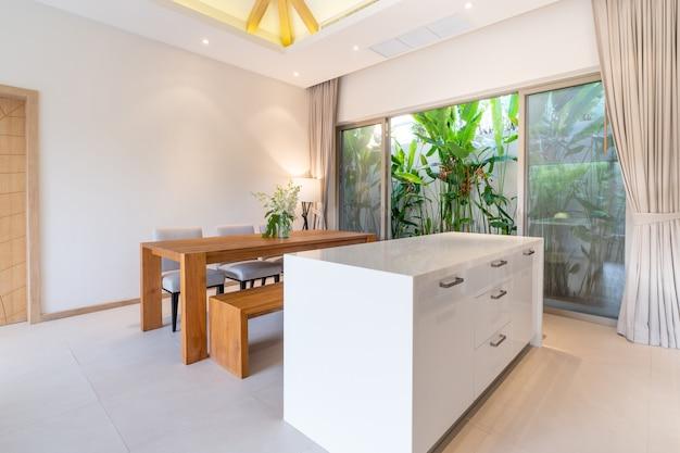 ダイニングテーブル付きのリビングルームでのホームインテリアデザイン
