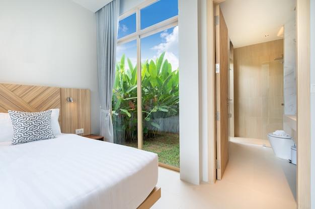 家の緑豊かな庭園と豪華なインテリアベッドルーム