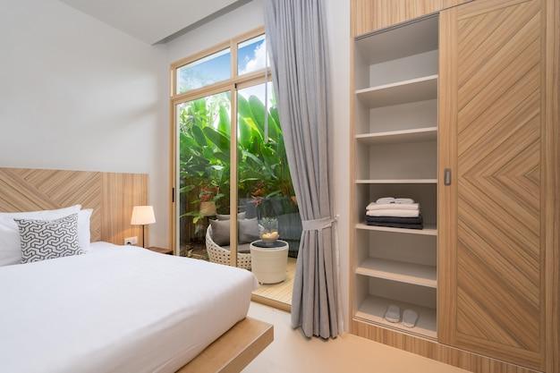 家の居心地の良いキングベッドと寝室の豪華なインテリアデザイン